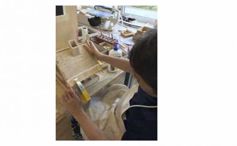 Mit dem Holz-Ziegel aufkleben begonnen