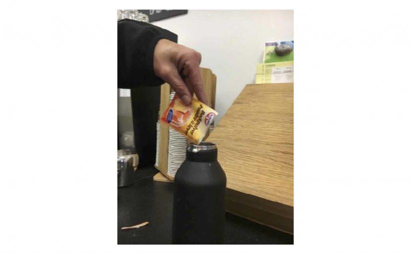 Die Thermosflasche mit Backpulver einweichen