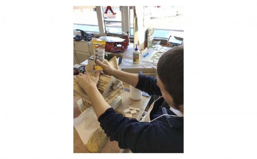 Mit Holz Reperaturspachtel wird das Vogelhaus länger dicht bleiben