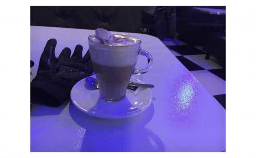 Genoss im Cheers ein Baylis-Kaffe mit Sahnehaube