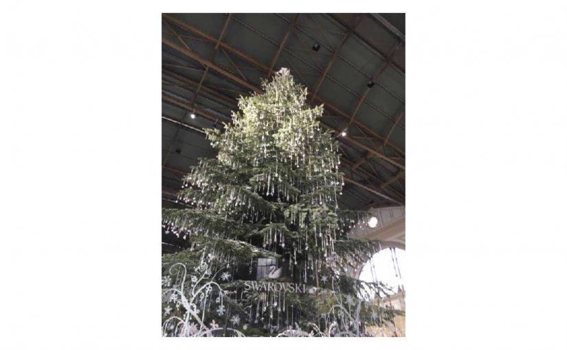 Der Swarovski-Baum am Christkindlimarkt ist riesig