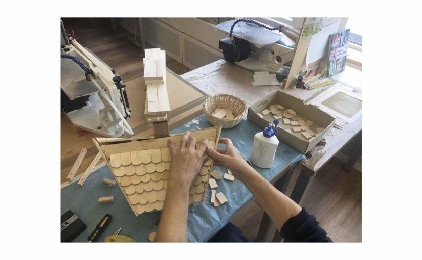 Die Holz-Ziegel für das Vogelhaus von Padi passe ich noch exakter an