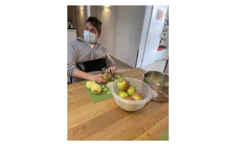 Äpfel und Kartoffeln für das Mittagessen geschält und am Nachmittag Atelier
